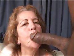 Oferencendo a esposa madura para o amigo - 1 part 8